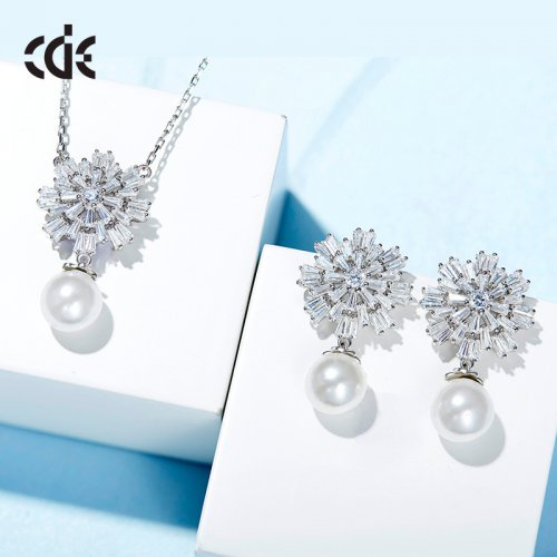 See Flower Crystal Pendant Necklace With Pearl